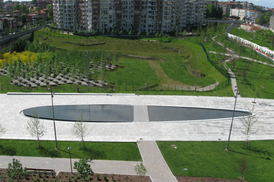 Peverelli design construction and maintenance of green for Centro commerciale city life milano